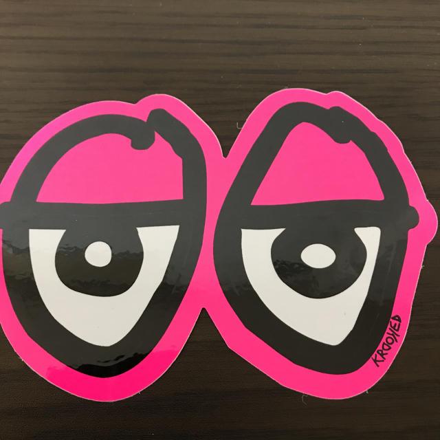KROOKED(クルキッド)の【縦10cm横14.5cm】krooked eyesステッカー 自動車/バイクのバイク(ステッカー)の商品写真