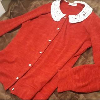 アクシーズファム(axes femme)の赤の襟付きカーディガン(カーディガン)