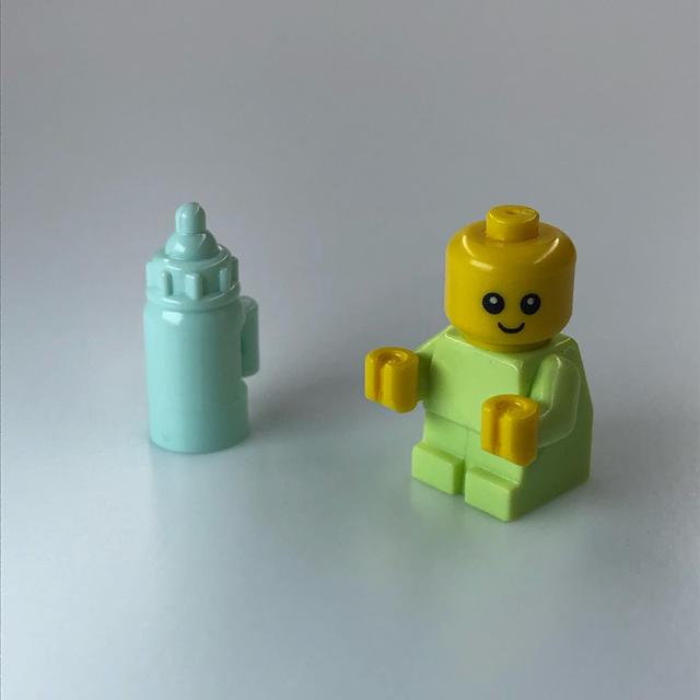 Lego(レゴ)の【新品】LEGO 黄緑赤ちゃん1体+哺乳瓶1本 キッズ/ベビー/マタニティのおもちゃ(知育玩具)の商品写真