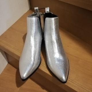 ジーユー(GU)のシルバーブーツ(ブーツ)