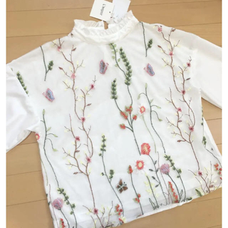 シマムラ(しまむら)の新品タグ付き♡ ハイネック刺繍ブラウス ホワイト M 白(シャツ/ブラウス(長袖/七分))