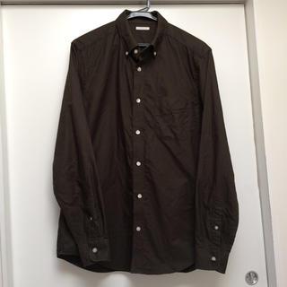 ジーユー(GU)の【美品】GU カーキ色 ボタンダウンシャツ L(シャツ)
