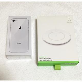 アップル(Apple)のiphon8 64Gbとワイヤレス充電器(スマートフォン本体)