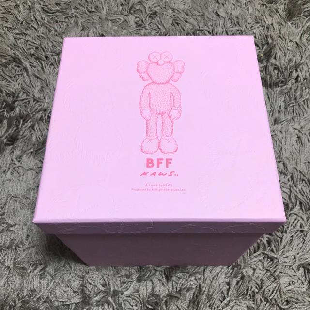 MEDICOM TOY(メディコムトイ)のKAWS BFF LIMITED PLUSH カウズ ピンク エンタメ/ホビーのおもちゃ/ぬいぐるみ(ぬいぐるみ)の商品写真