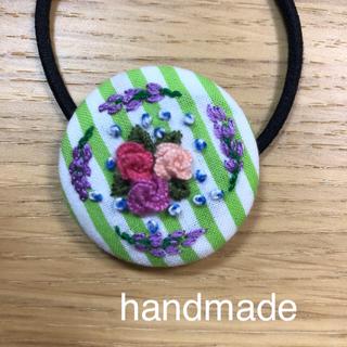 ヘアゴム くるみボタン ストライプ生地 花刺繍 ハンドメイド  90(ヘアアクセサリー)