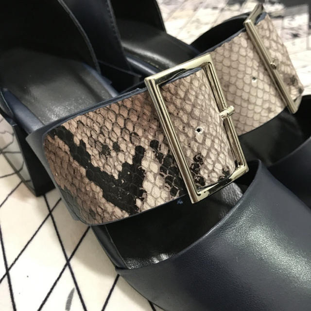 ベルト付け 異形ヒール 蛇 レディースの靴/シューズ(ハイヒール/パンプス)の商品写真