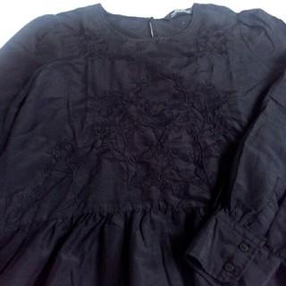 ザラ(ZARA)のZARA WOMAN ブラック お花刺繍 トップス(シャツ/ブラウス(長袖/七分))
