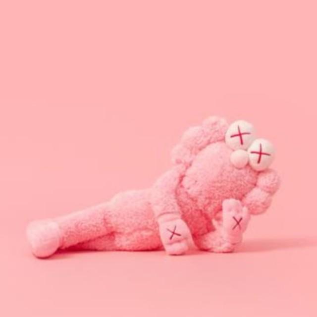 MEDICOM TOY(メディコムトイ)のkaws BFF  flash pink  エンタメ/ホビーのおもちゃ/ぬいぐるみ(ぬいぐるみ)の商品写真