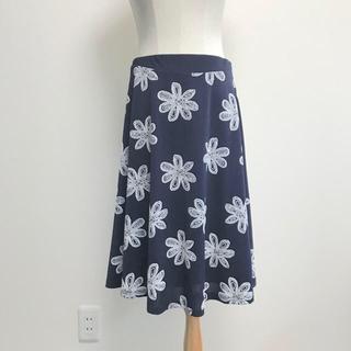 ニジュウサンク(23区)のl'armoire de luxe 刺繍花柄スカート(ひざ丈スカート)