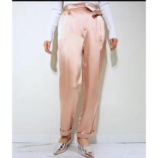 アウラアイラ(AULA AILA)のAULA サテン ピンク パンツ(カジュアルパンツ)