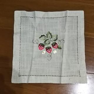 フランス土産*いちごの刺繍の敷物(その他)