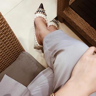 エイミーイストワール(eimy istoire)のMALHIA K スタッズコンビローヒールパンプス WHITE(ローファー/革靴)