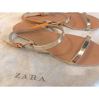 ザラ(ZARA)の【ZARA】メタリックストラップ付きサンダル(サンダル)