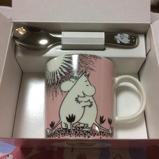 アラビア(ARABIA)の未使用品 ムーミンマグカップ ラブ&ムーミン ピンク ハックマンスプーン付き(グラス/カップ)