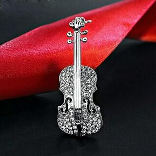 とても精密に出来たバイオリンのブローチです