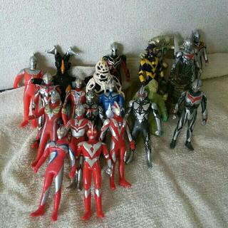 BANDAI - ソフビ人形 ウルトラマン兄弟16体VS怪獣5体