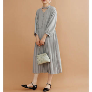 メルロー(merlot)の本日のみ出品!merlot plus チョーカーネックプリーツワンピース(ミディアムドレス)