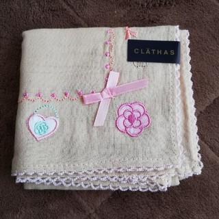 クレイサス(CLATHAS)の【CLATHASクレイサス/未使用】花&ハート&リボン刺繍入り綿100%(ハンカチ)