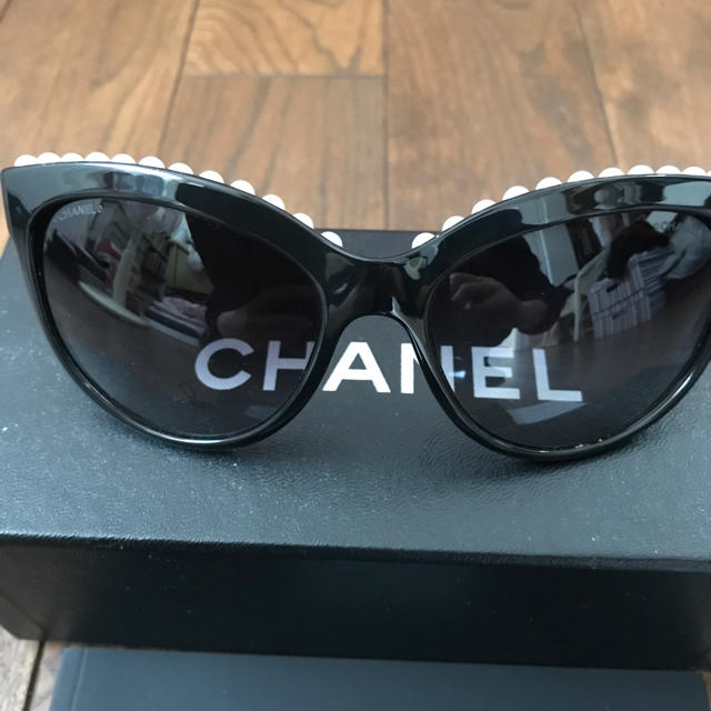 5ba9561d8b58 CHANEL(シャネル)のシャネル パール サングラス ミランダカー着用 レディースのファッション小物(