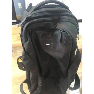 ナイキ(NIKE)のナイキのキャリーバッグです。 迷彩がらまた収納も多彩になっております。(バッグパック/リュック)