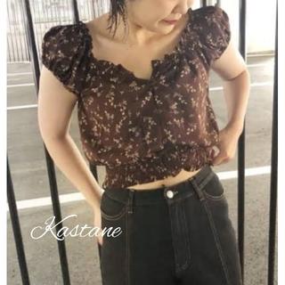 カスタネ(Kastane)の新品❀花柄シャーリングブラウスブラウン(シャツ/ブラウス(半袖/袖なし))