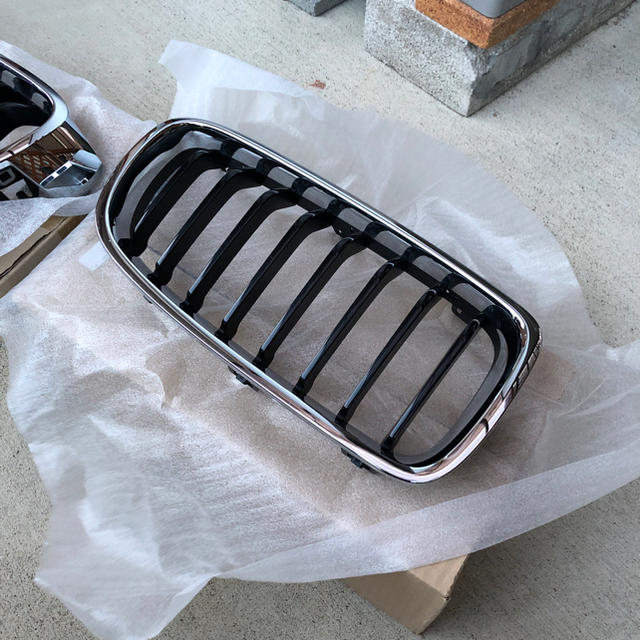 BMW(ビーエムダブリュー)のBMW F30 純正 キドニー グリル 自動車/バイクの自動車(車種別パーツ)の商品写真