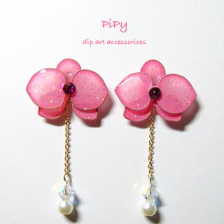 【ピンク】 キラキラ華やかな胡蝶蘭のポストピアス (イヤリング)(ピアス)