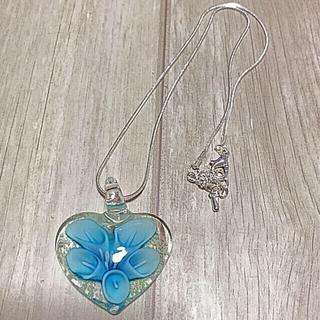 いい香りのプレゼント付き!暗闇で光る!ガラスフラワーペンダント ライトブルー(ネックレス)