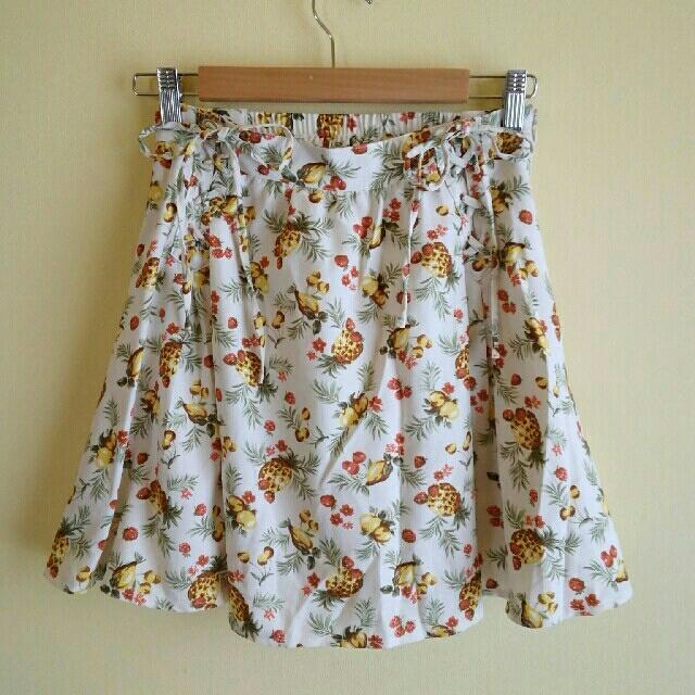 THE EMPORIUM(ジエンポリアム)のジエンポリアム ボタニカル フルーツ柄 フレアスカート レディースのスカート(ひざ丈スカート)の商品写真
