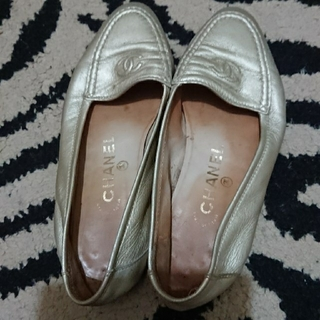 シャネル(CHANEL)のCHANEL シャネル ぺたんこ靴 ゴールド(ローファー/革靴)