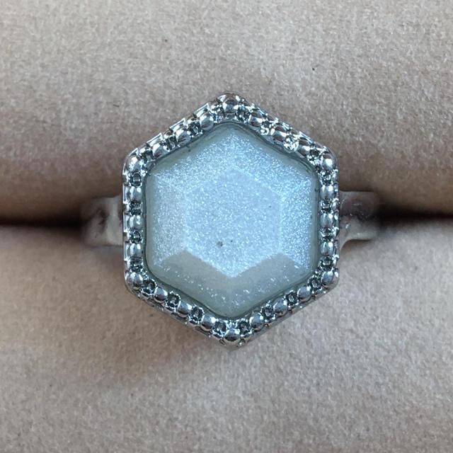 (47)六角形のラメホワイト ファッションリング レディースのアクセサリー(リング(指輪))の商品写真