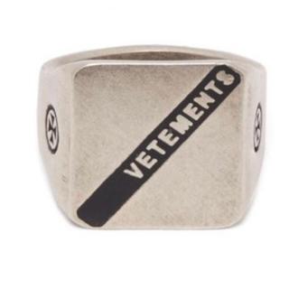 バレンシアガ(Balenciaga)のvetements ヴェトモン ロゴ シルバー リングL指輪 silver(リング(指輪))