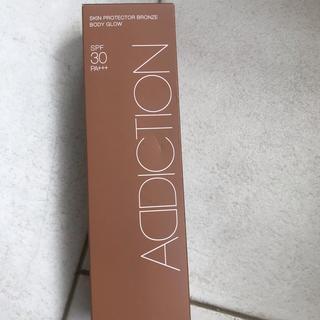 アディクション(ADDICTION)のアディクション  スキンプロテクター ブロンズ ボディグロウ  新品  h(日焼け止め/サンオイル)