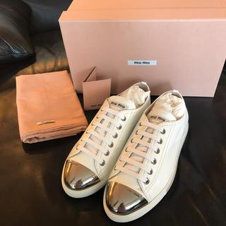 ミュウミュウ(miumiu)の新品未使用 ミュウミュウ スニーカー 靴 白 エナメル 36 1/2 23.5(スニーカー)
