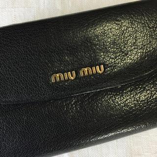 ミュウミュウ(miumiu)の美品 miumiu ミュウミュウ マドラス 二つ折財布 折財布 ブラック 人気(財布)