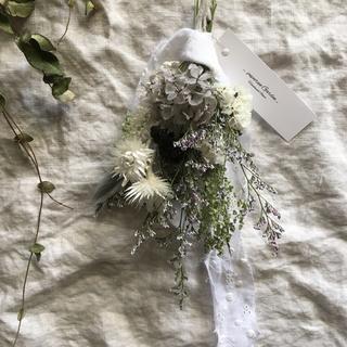 グレーなお花とホワイトのお花のスワッグ(ドライフラワー)