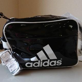 アディダス(adidas)のアディダス エナメルバッグ ブラック×ホワイト(ショルダーバッグ)