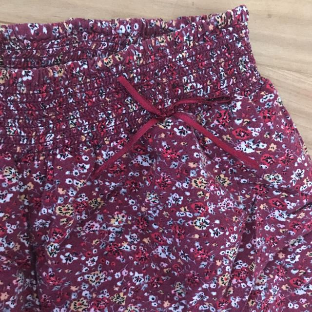 GU(ジーユー)のGU 花柄キュロットスカート 120 キッズ/ベビー/マタニティのキッズ服 女の子用(90cm~)(パンツ/スパッツ)の商品写真