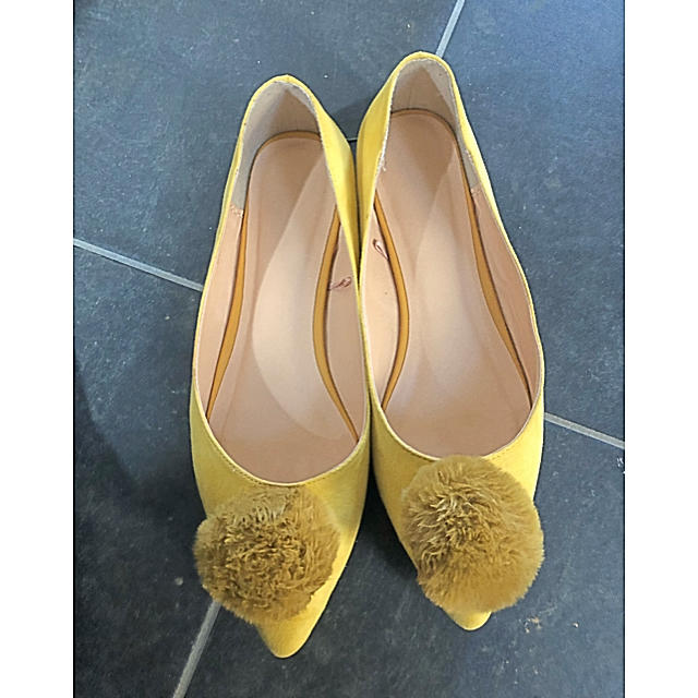 GU(ジーユー)のGU イエローパンプス ポンポン付 レディースの靴/シューズ(ハイヒール/パンプス)の商品写真