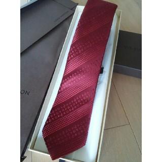 ルイヴィトン(LOUIS VUITTON)のルイヴィトン モノグラム柄ネクタイ 赤 未使用品 箱・袋・封筒付き(ネクタイ)