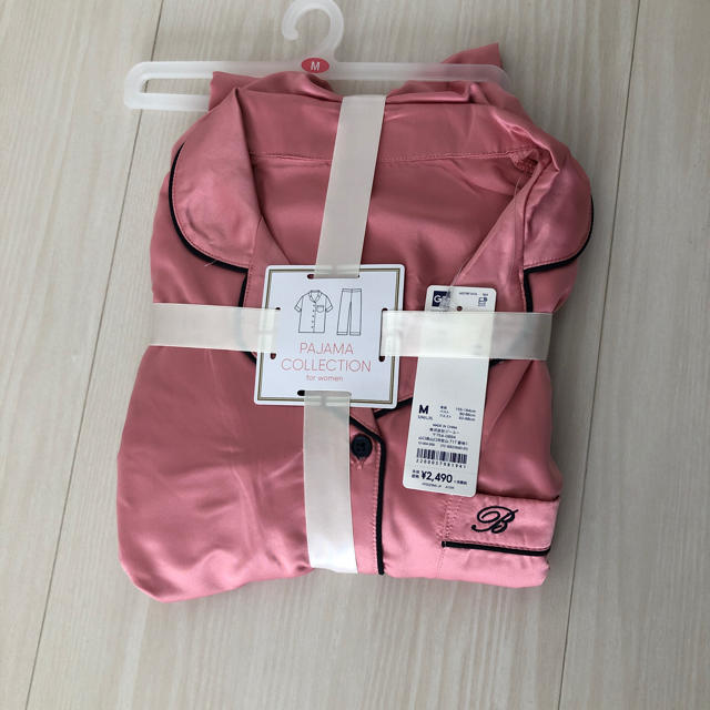 GU(ジーユー)のgu サテン 半袖 長ズボン パジャマ サイズM レディースのルームウェア/パジャマ(パジャマ)の商品写真