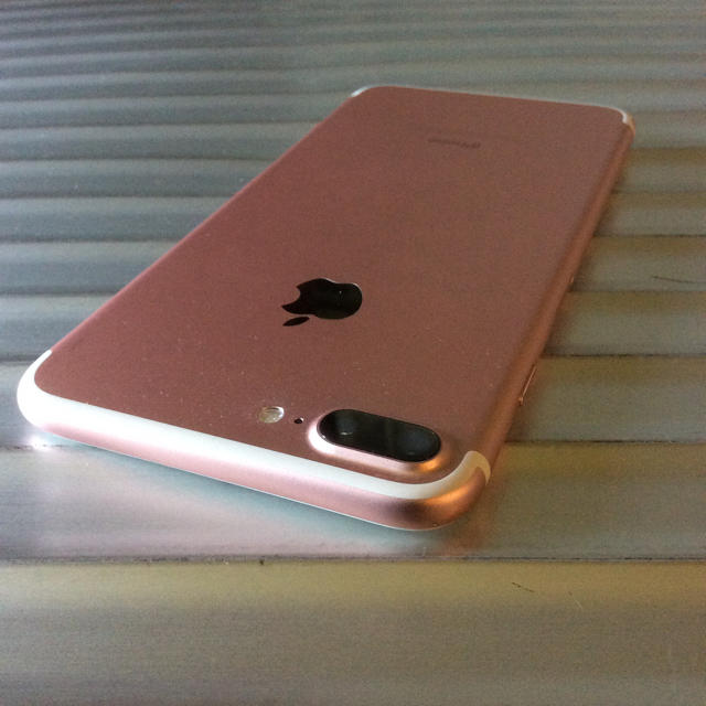 iPhone(アイフォーン)のiPhone 7 Plus Rose Gold 128 GB SIMフリー スマホ/家電/カメラのスマートフォン/携帯電話(スマートフォン本体)の商品写真