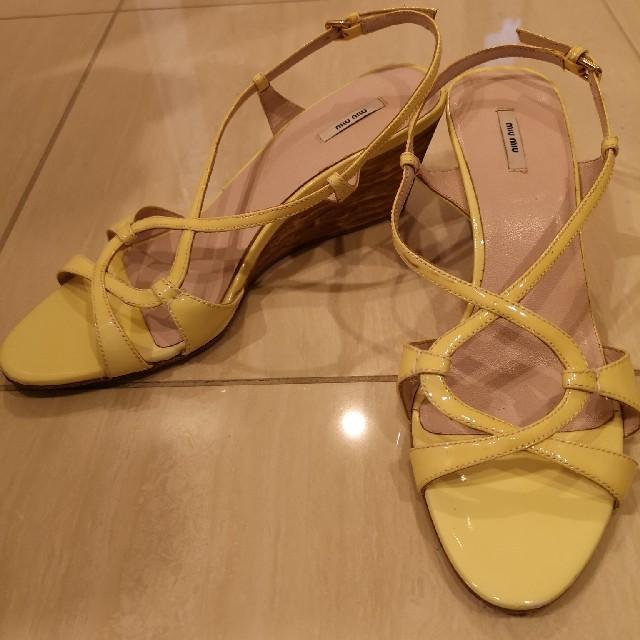 miumiu(ミュウミュウ)のmiumiu サンダル 38 24.5 パステルイエロー クロスストラップ レディースの靴/シューズ(サンダル)の商品写真