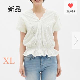 ジーユー(GU)の新品未使用 GU スカラップレースVネックブラウス ホワイト XLサイ(シャツ/ブラウス(半袖/袖なし))