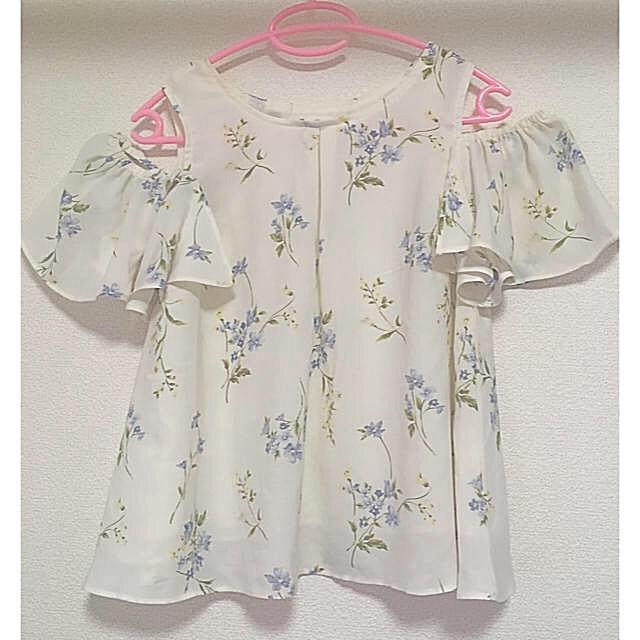 ByeBye(バイバイ)の美品 花柄オフショルトップス夏用 レディースのトップス(カットソー(半袖/袖なし))の商品写真