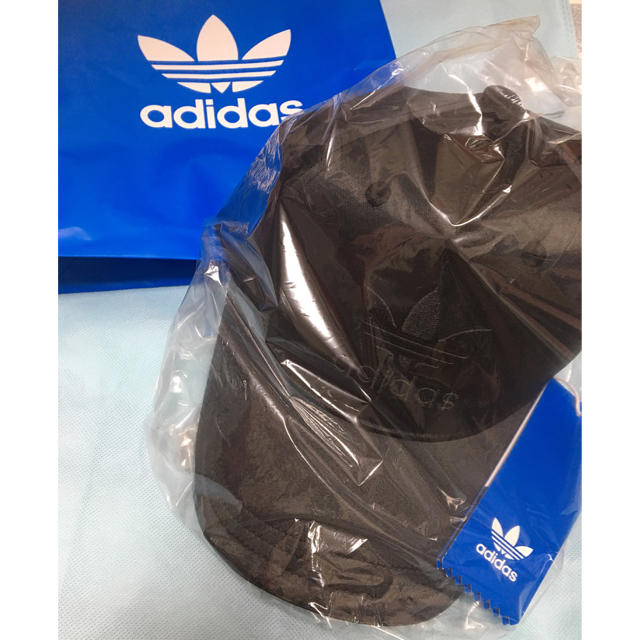 adidas(アディダス)のadidas 新品未開封タグ付き定価3000円‼︎サテン ロゴ シンプルキャップ レディースの帽子(キャップ)の商品写真
