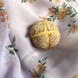 アッシュペーフランス(H.P.FRANCE)のパン型 羊毛フェルトブローチ(ブローチ/コサージュ)