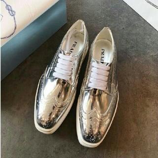 プラダ(PRADA)のプラダ 靴 プラットフォーム ウィングチップ シルバー(ローファー/革靴)