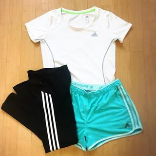 アディダス(adidas)のadidasのホワイトTシャツ(Tシャツ(半袖/袖なし))
