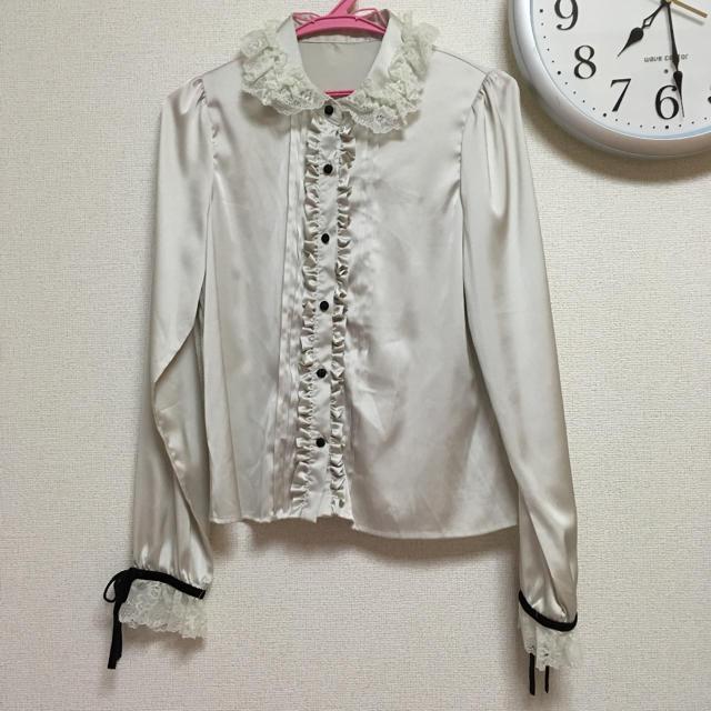 mon Lily(モンリリィ)のレースフリル襟サテンブラウス レディースのトップス(シャツ/ブラウス(長袖/七分))の商品写真